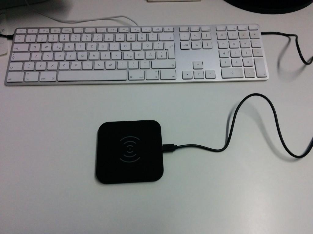 QI Ladestation von CHOETECH mit langem Kabel – Größenvergleich zur Mac Tastatur