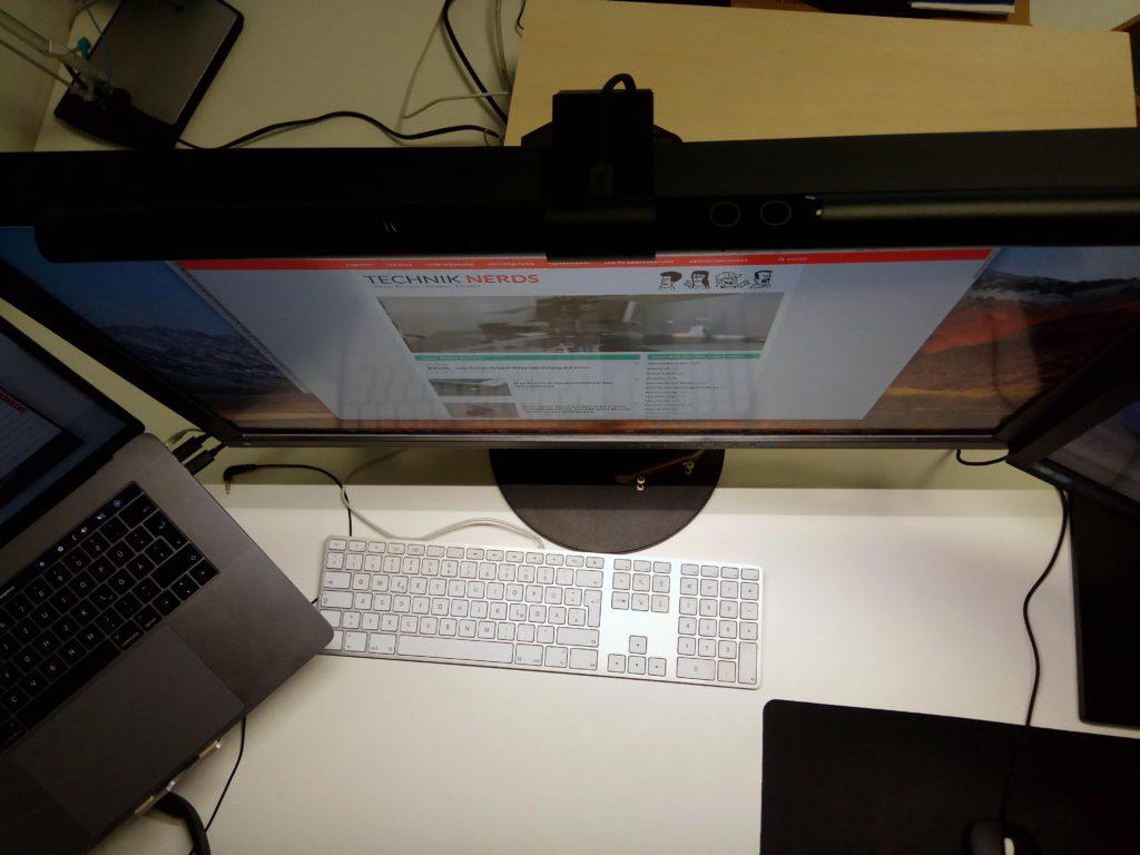 Helle Ausleuchtung der BenQ Screenbar LED Monitorlampe