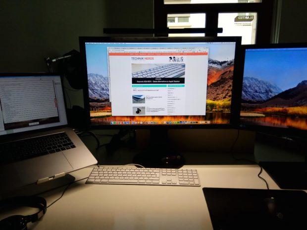 BenQ Screenbar ist angeschaltet und beleuchtet nur den Schreibtisch. Das Bild und ich sind blendfrei.