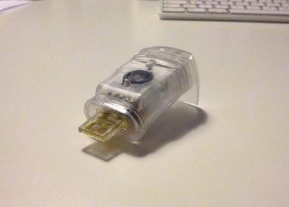Knog Licht ohne Silikonmantel, bereit zum Aufladen per USB